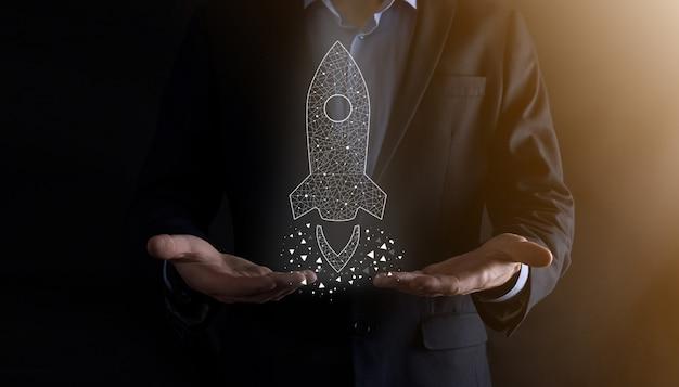 Opstarten bedrijfsconcept, zakenman bedrijf pictogram transparante raket lanceert en vliegen uit het scherm met netwerkverbinding op donkere muur vliegen.