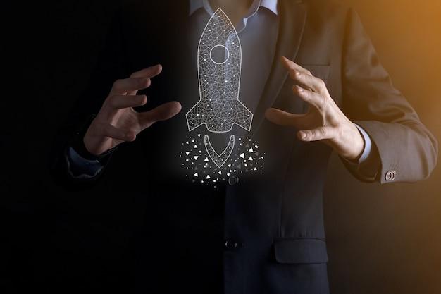 Opstarten bedrijfsconcept, zakenman bedrijf pictogram transparante raket lanceert en vliegen uit scherm met netwerkverbinding op donkere muur vliegen.