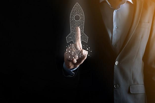 Opstarten bedrijfsconcept, zakenman met pictogram transparante raket lanceert en vliegt uit het scherm met netwerkverbinding op donkere achtergrond.