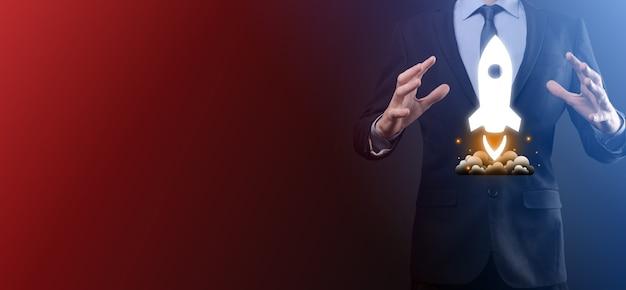 Opstarten bedrijfsconcept, zakenman met tablet en pictogram raket lanceert en vliegt uit het scherm met netwerkverbinding op donkere achtergrond.