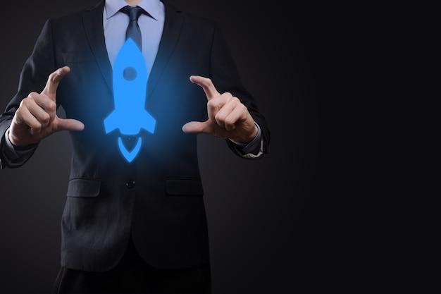 Opstarten bedrijfsconcept, zakenman met tablet en pictogram raket lanceert en vliegt uit het scherm met netwerkverbinding op donkere ondergrond