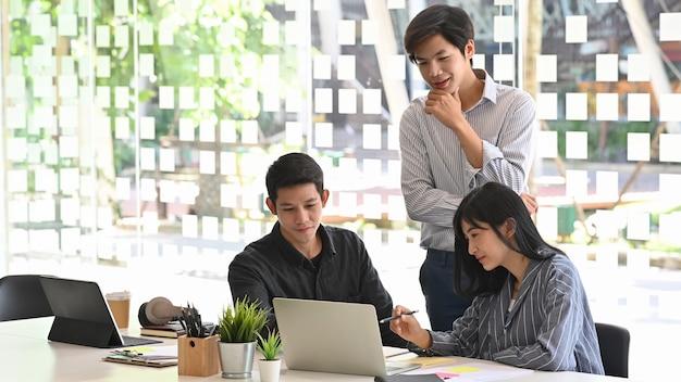 Opstarten business team kijken en analyseren van gegevens in laptopcomputer