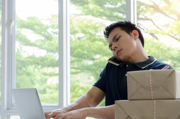 Opstarten. jonge man blij na nieuwe bestelling van klant met laptop