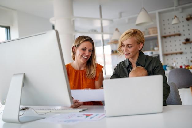 Opstarten kantoor teamwerk mensen brainstormen vergadering concept