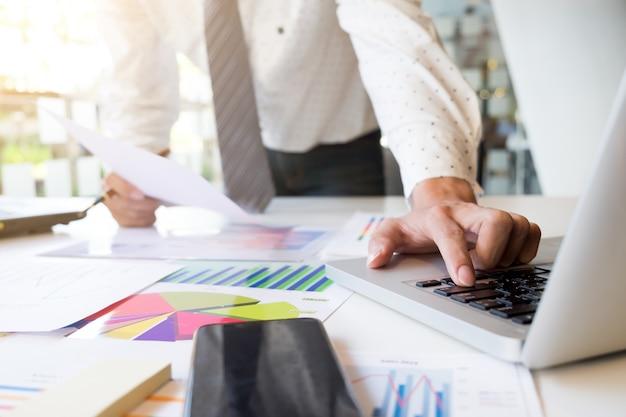Opstarten zakenman werkanalyse marktinformatie.