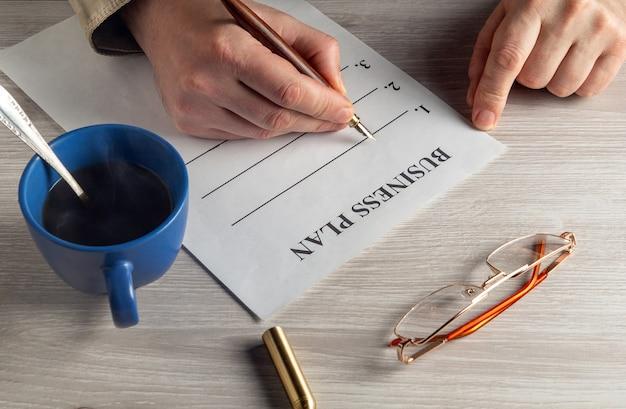Opstellen van een businessplan in een werkomgeving op de desktop.