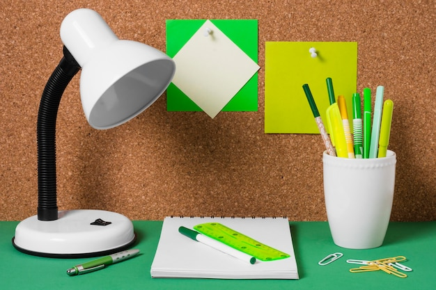 Opstelling met bureaulamp en notitieboekje