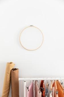 Opstelling met hangers en kledingrek