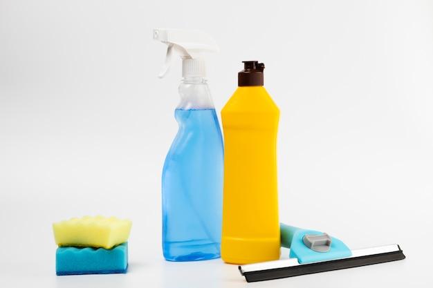 Opstelling met wasmiddelflessen en sponzen