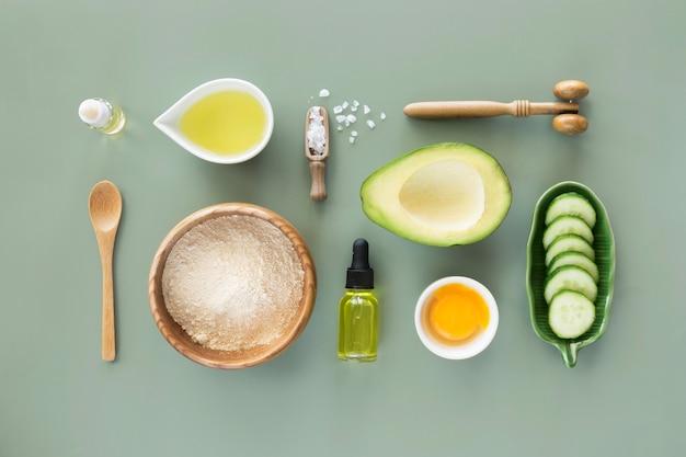 Opstelling van avocado- en komkommerproducten