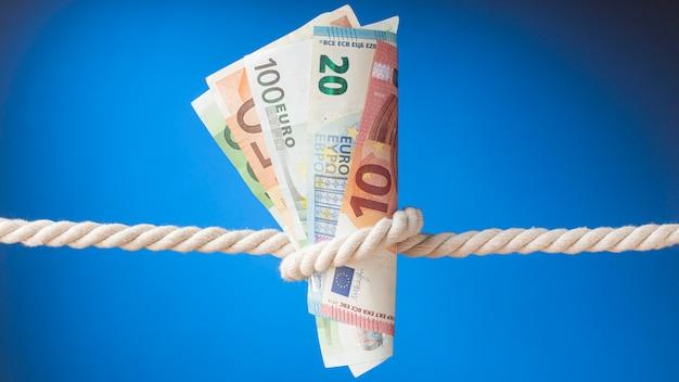 Opstelling van bankbiljetten in een touw