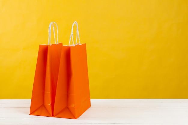 Opstelling van boodschappentassen op fel geel