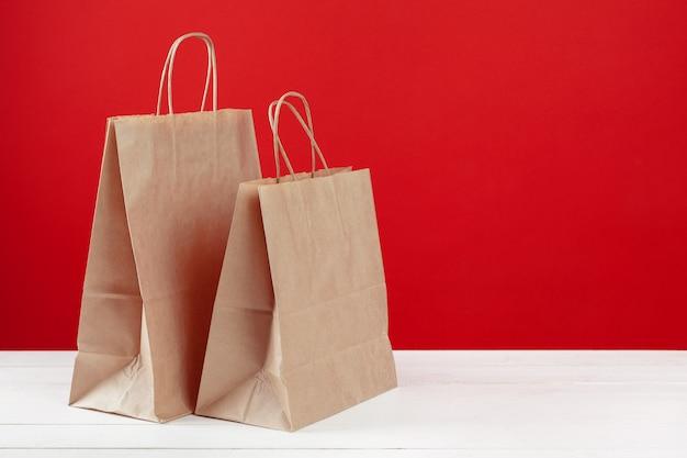 Opstelling van boodschappentassen op rood