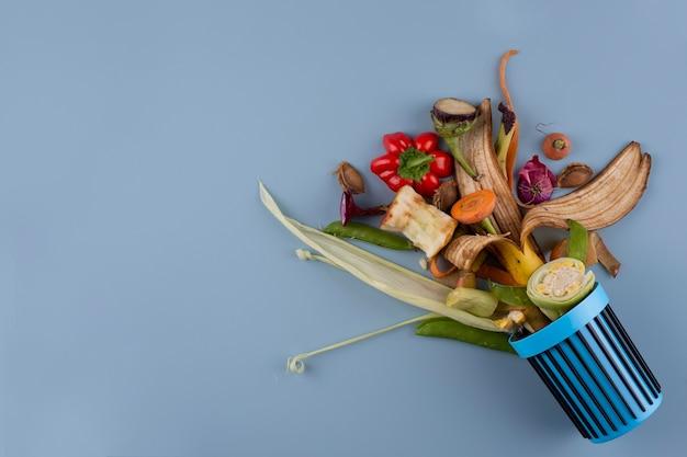 Opstelling van compost gemaakt van rot voedsel met kopieerruimte