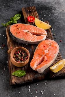 Opstelling van groenten en zalm vis hoog uitzicht