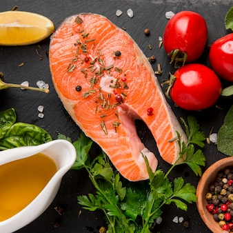Opstelling van groenten en zalm vis plat leggen