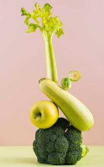 Opstelling van heerlijk vers fruit en groenten