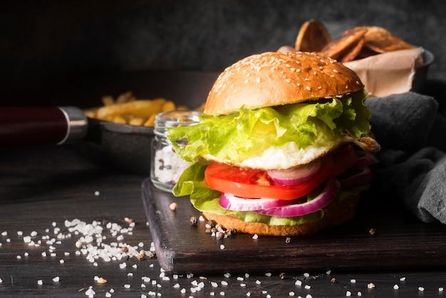 Opstelling van heerlijke hamburger met kopie ruimte