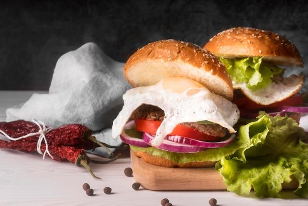 Opstelling van heerlijke hamburgers met kopie ruimte