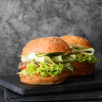 Opstelling van heerlijke hamburgers