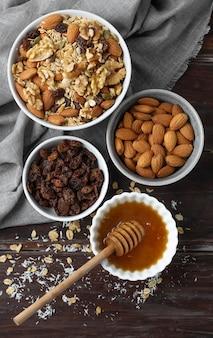 Opstelling van heerlijke ingrediënten in de keuken