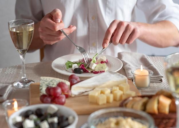 Opstelling van heerlijke maaltijden op tafel