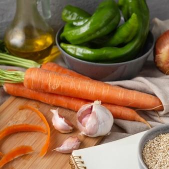 Opstelling van heerlijke rauwe groenten