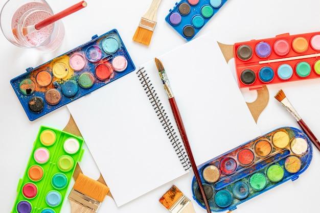 Opstelling van kleurenpalet in doos en papieren