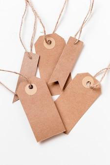 Opstelling van lege kartonnen etiketten