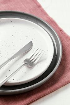 Opstelling van mooi serviesgoed op tafel