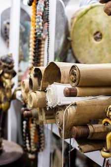 Opstelling van oude voorwerpen op een antiekmarkt