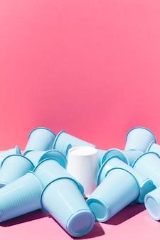 Opstelling van plastic en papieren bekers