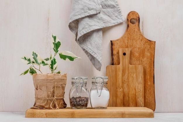 Opstelling van potten vol voedselingrediënten en doek