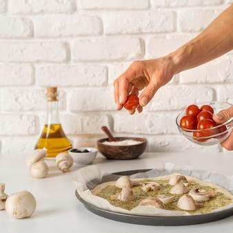 Opstelling van smakelijke traditionele pizza