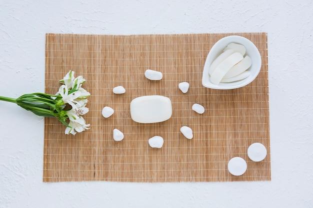 Opstelling van stuk zeep en stenen