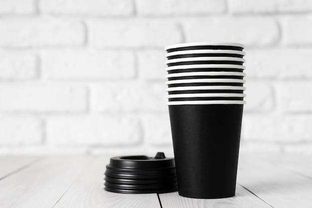 Opstelling van verschillend wegwerp- of milieuvriendelijk serviesgoed