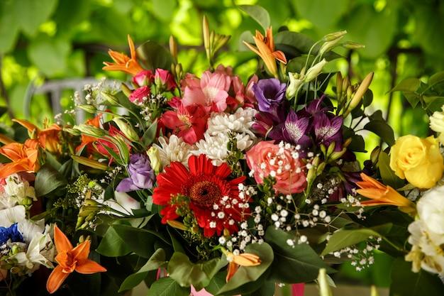 Opstelling van verse bloemenboeketten