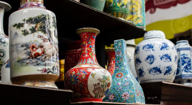 Opstelling van voorwerpen op de antiekmarkt