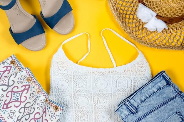 Opstelling van vrouwelijke zomerkleding