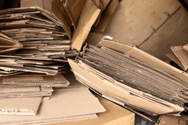 Opstelling van vuile gedumpte voorwerpen