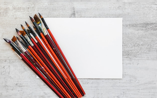 Opstelling van vuile penselen bovenaanzicht