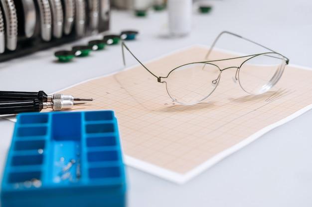 Opticien die apparatuur herstelt en brillen bevestigt