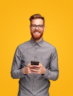 Optimistische man met behulp van mobiele telefoon
