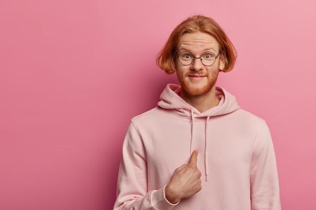 Optimistische roodharige man met baard, vertelt dat hij de perfecte kandidaat is