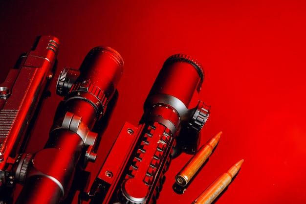 Optische scope voor geweer op zwarte achtergrond met rood licht