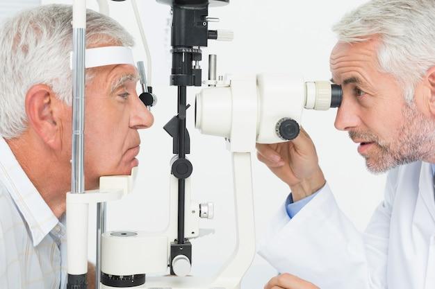 Optometrist die gezichtstesting doet voor hogere patiënt