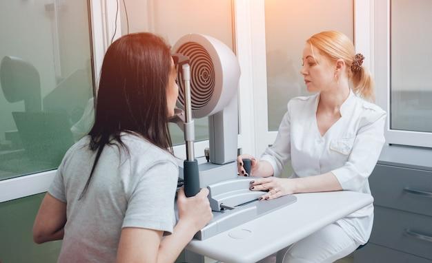 Optometrist doet hoornvliestopografie. hoornvliesonderzoek. oogheelkundige kliniek