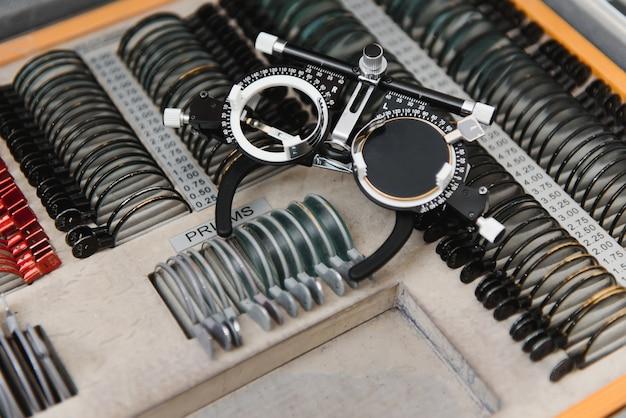 Optometrist proefframe. controleer het gezichtsvermogen in de oogheelkundige kliniek.