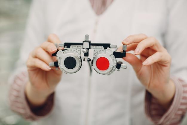 Optometrist rode blauwe dioptrie in handen van de opticien oftalmoloog