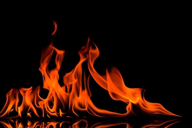 Opvlammende brandvlam op zwarte achtergrond